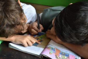 Farben klassifizieren als frühe Lernform von Kleinkindern