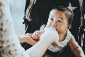 Baby mit Milchflasche